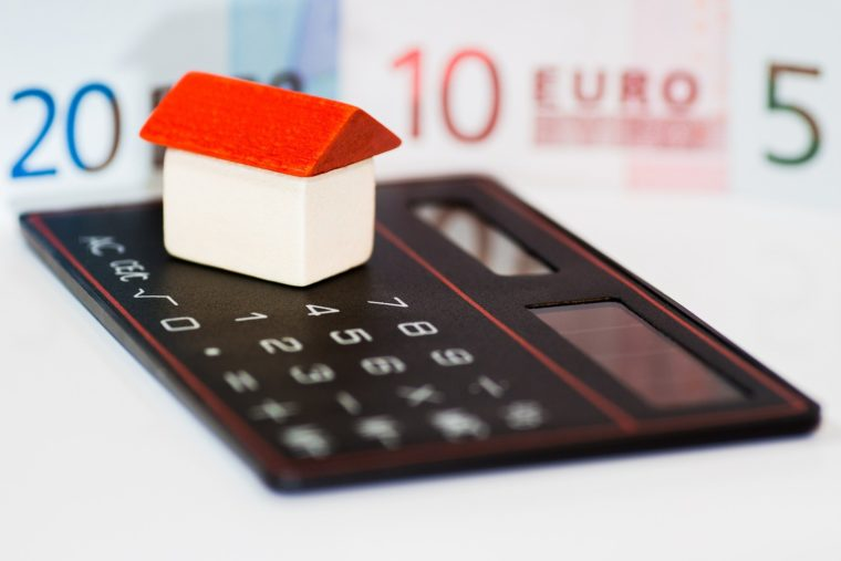Rubrik Wertermittlung mit Haus und Taschenrechner von IsarImmobilien Florian Schmidlkofer Wörth an der Isar